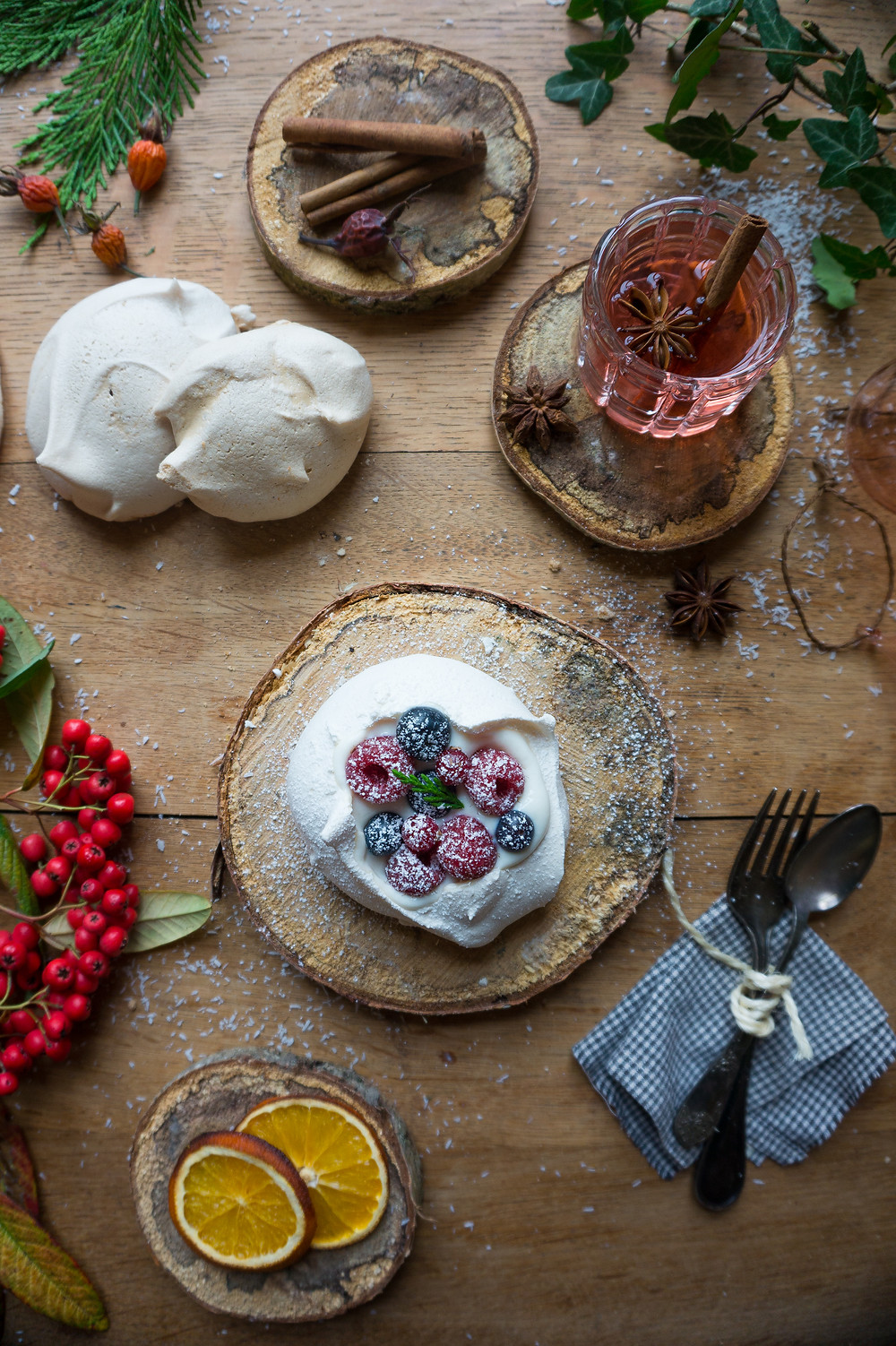 Pavlova met witte chocolade-sinaas glazuur