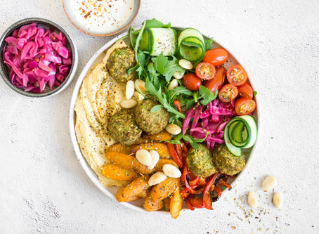 Rainbow Hummus Bowl met falafel en opgelegde rode kool