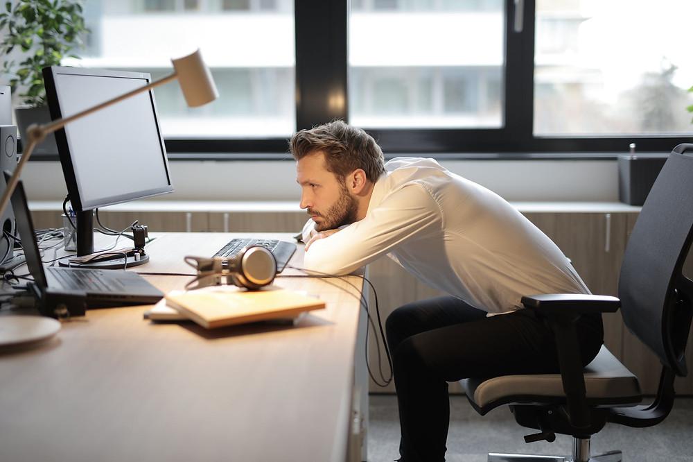 uomo in ufficio che lavora sul marketing