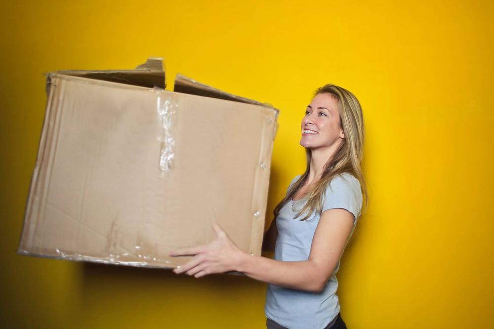 donna con uno scatolo enorme in mano