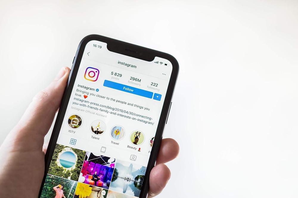 smartphone con la pagina aziendale di instagram