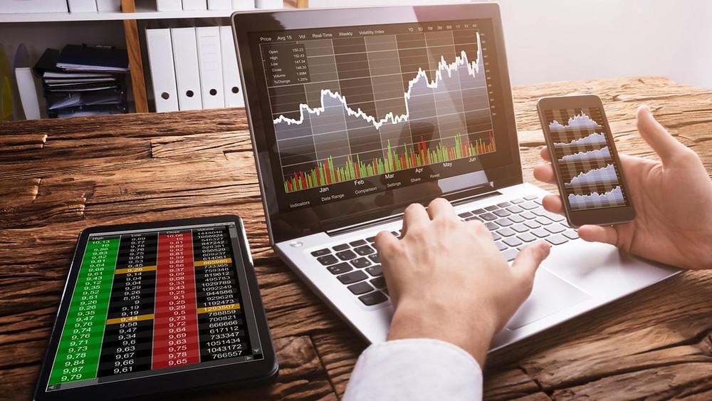 computer con analisi forex e altri dati di trading