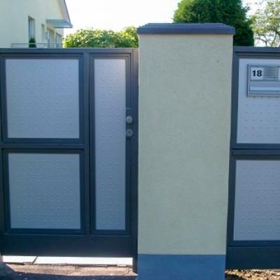 Eingangstor mit Briefkasten