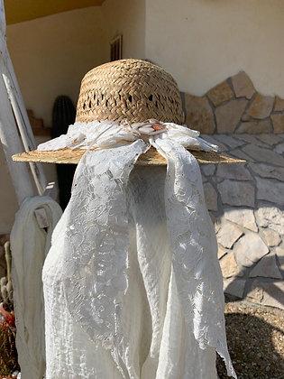 Cappelli in paglia con passamanerie e pizzi