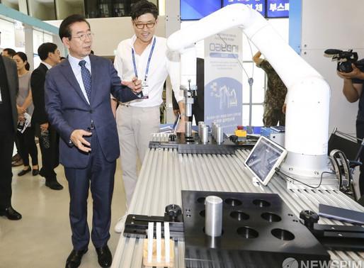 [사진] 부스 체험하는 박원순, '협동로봇 멋지네'