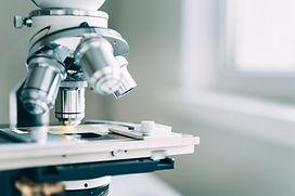 O microscópio no laboratório