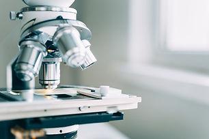 Mikroskop v laboratoři