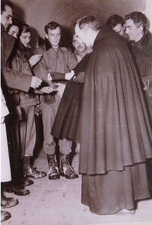 padre-pio-handing-out-medals-to-american-soldiers-during-world-war-II-pamphlets-to-inspire