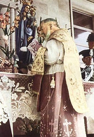 padre-pio-saying-mass-at-old-altar-of-san-giovanni-rotondo-our-lady-of-grace-church-pamphlets-to-inspire