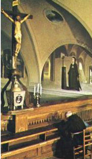 padre-pio-praying-before-the-crucifix-in-our-lady-of-grace-church-where-he-received-the-stigmata-pamphlets-to-inspire