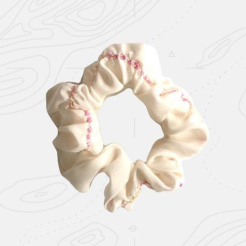 scrunchy aus Seide mit gestickten Blüten nowaste