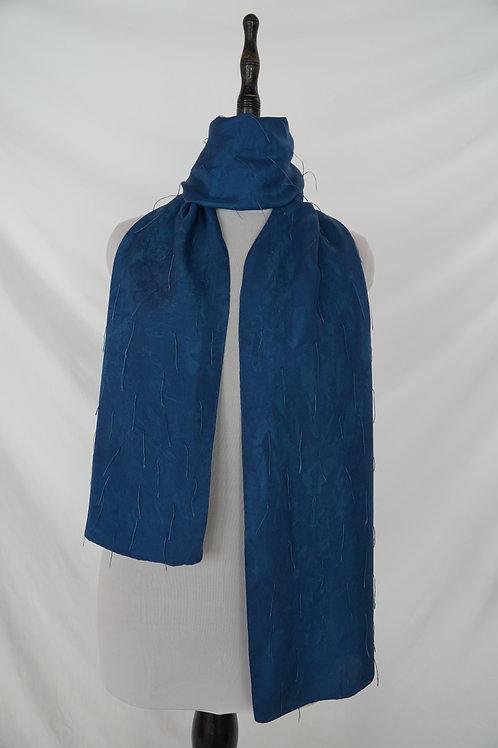 Schal aus Schweizer Seide indigogefärbt