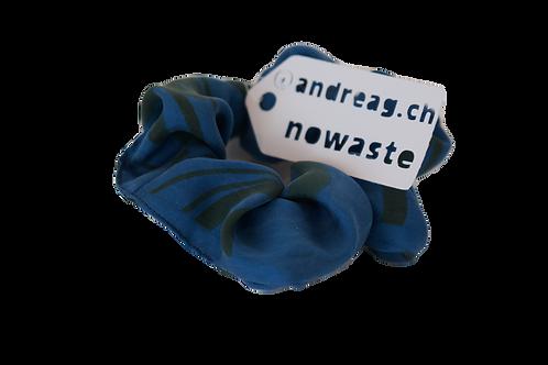 no-waste-scrunchy aus Seide indigogefärbt