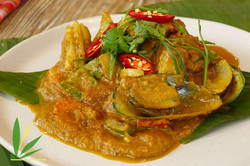 Yellow Curry Stir-Fried with Seafood