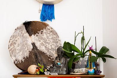 Cybèle Desarnauts, soins, thérapie et stages chamaniques au tambour. Basée à Paris, Cybèle se déplace à domicile pour le nettoyage de lieux