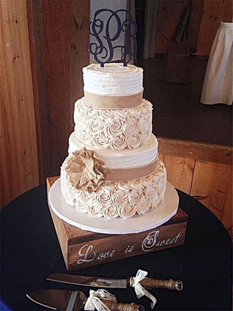 Rustic-Wedding-Cake-with-Burlap-and-Butt