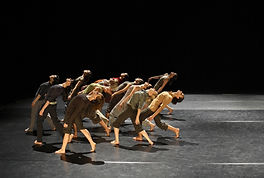 Mujeres en funcionamiento de la danza