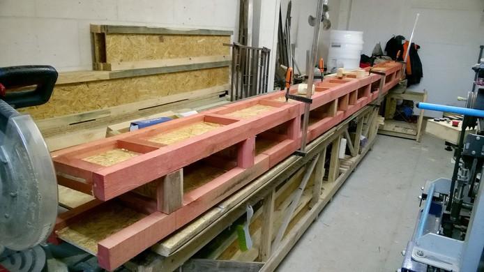 Крайние две балки, на которые будет опираться стена, проще подготовить заранее.