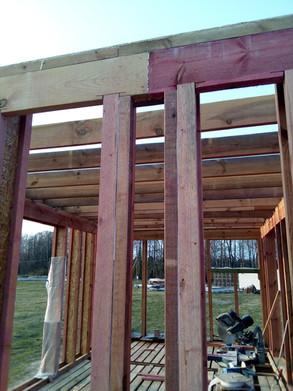 Здесь будет примыкать стена. К двум двутаврам заранее прибит соединительный брусок через уплотнительную ленту. Поскольку такой стык является одним из самых прочных частей стены - здесь же делаем стык ригеля.
