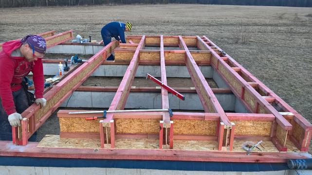 Процесс сборки перекрытия. Справа видна заранее собранная конструкция из двух двутавров под стену.