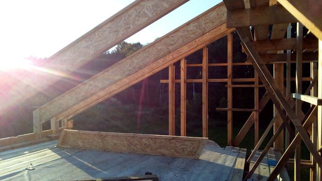 Мауэрлат в данной конструкции - это две доски 50х200, поставленные ребром. На фото пока одна доска, а вторую поставлю позже - сейчас она мешает установке стропил.