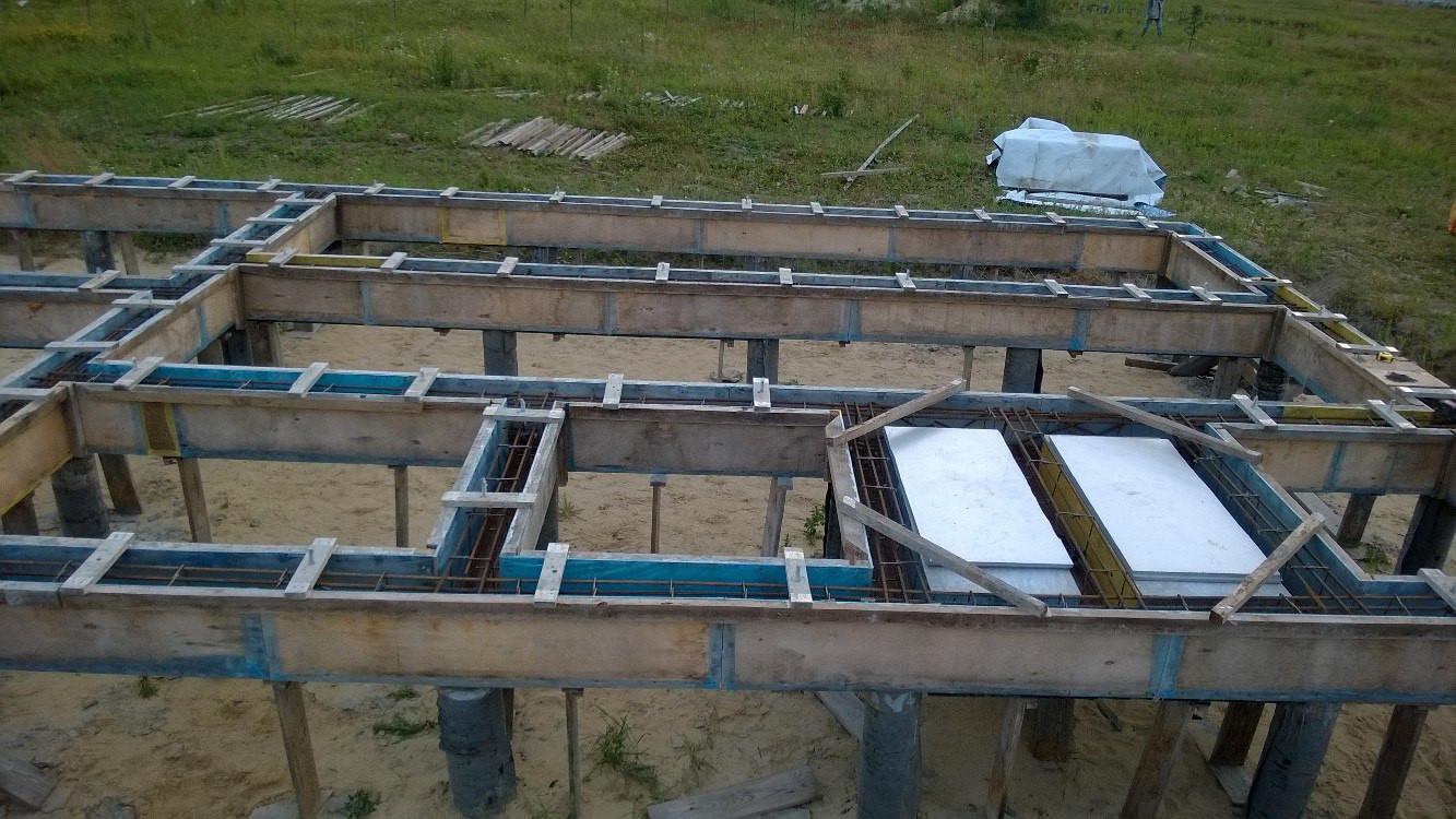 Выравнивать бетон не очень удобно при таких перемычках, зато не нужно покупать сотни резьбовых шпилек и дырявить опалубку, она нам ещё пригодится на других фундаментах.