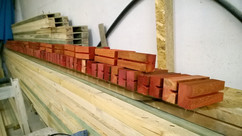 Маленькие деревянные элементы с пазом нужны для  соединения двутавров под прямым углом. А заодно они воспринимают вертикальную нагрузку во всех узлах, снимая её со стенок двутавров из ОСП.