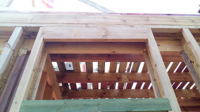 Здесь небольшое окно и очень небольшая вертикальная нагрузка на это окно. Можно было не ставить хедер, но для единообразия конструктивных решений - установлен.