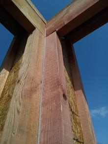 Углы - самая холодная часть любого строения. Поэтому в углах обязательно уплотняем все стыки.