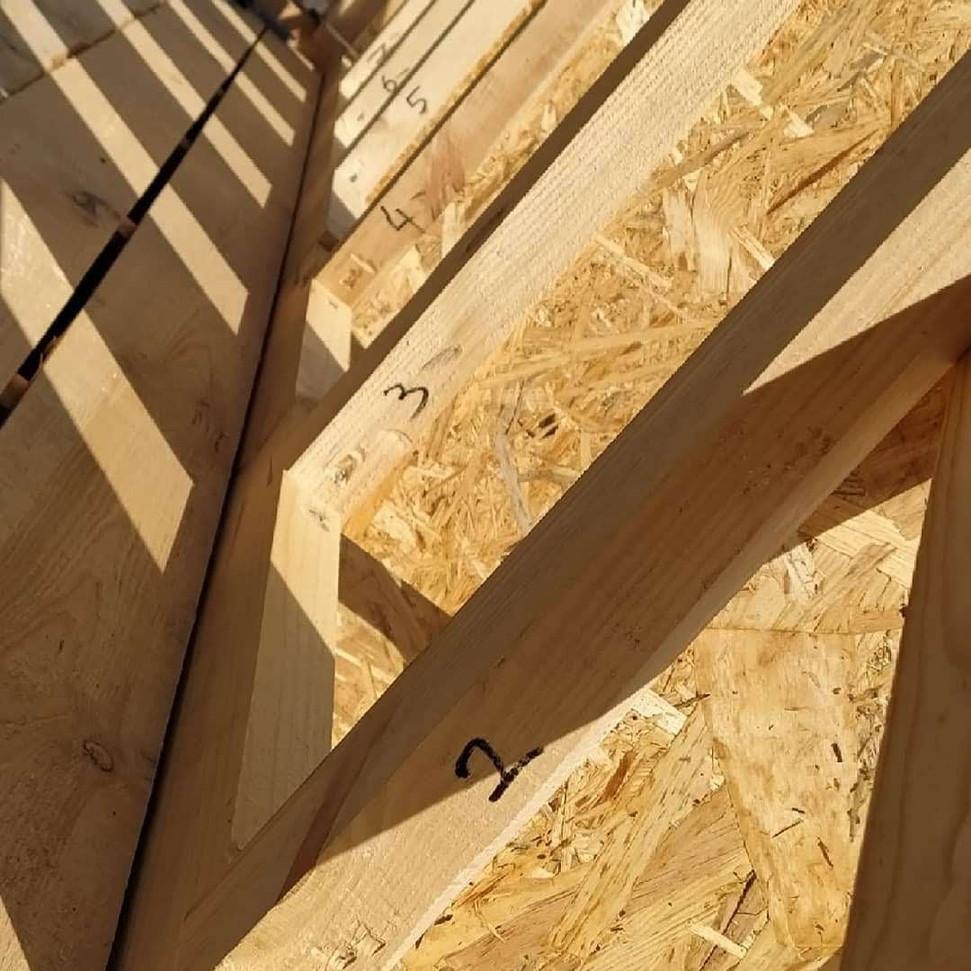 Каждая стойка имеет свой номер: высота у них одинаковая, а вот прорези под укосину в разных местах.