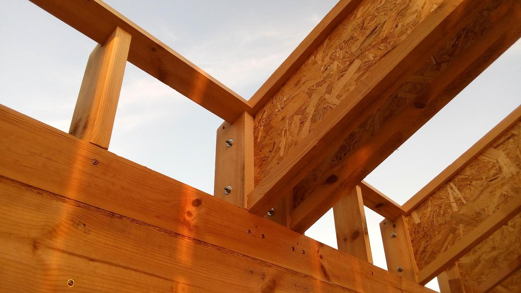 Тот же узел, изнутри дома. Поперечная доска - это обрамление будущего мансардного окна.