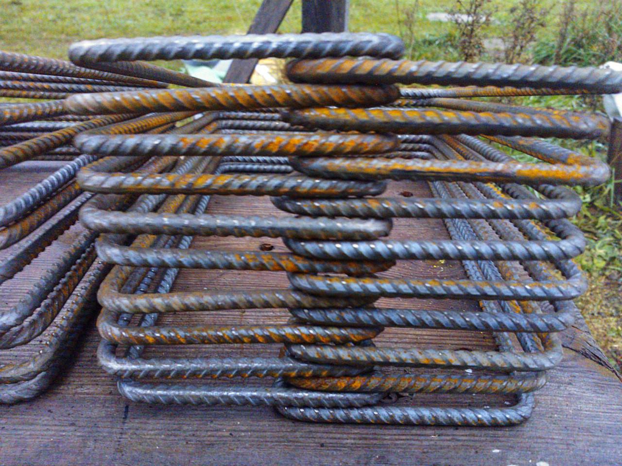 Заранее изготовленные хомуты для поперечного армирования ростверка из арматуры Ø 6 мм.