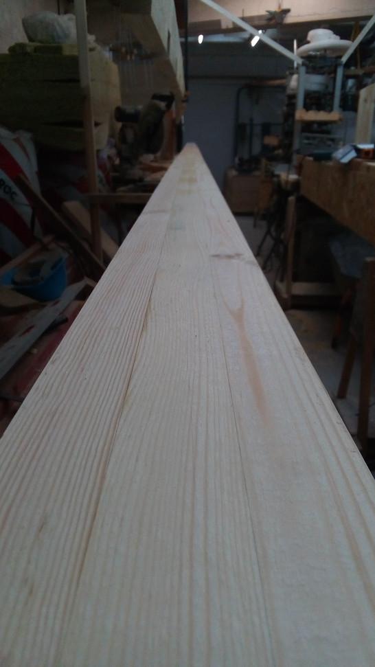 После приклеивания опорных брусков для стропил нижняя поверхность тщательно острогана для последующего приклеивания нижнего слоя.