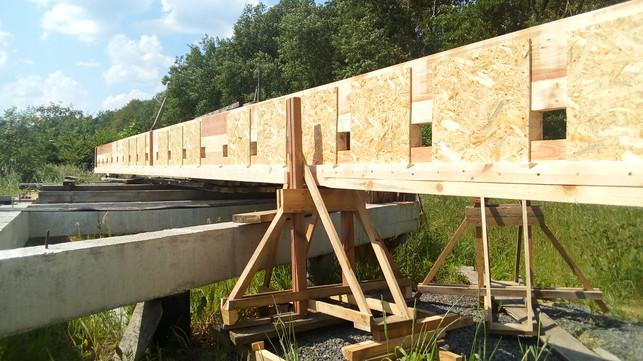 И сразу же на пути оказался фундамент другого дома, пришлось придумывать, как его обойти.