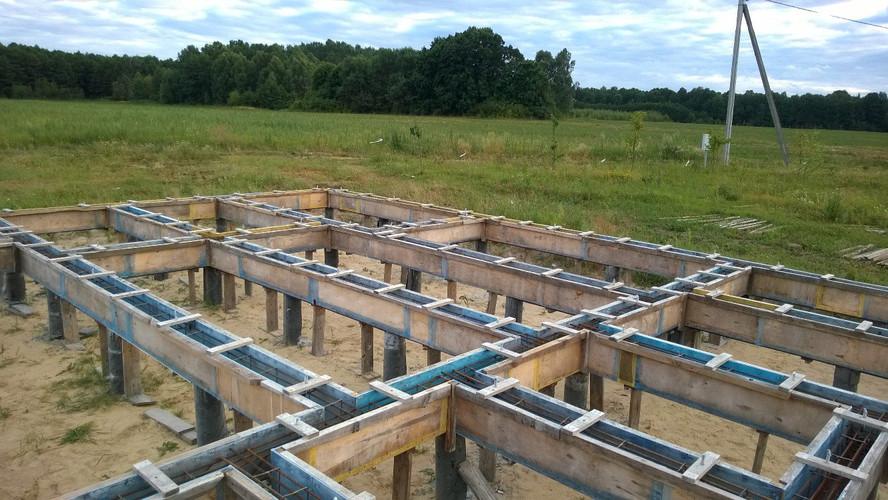 """Верхний край опалубки закреплён с помощью деревянных перемычек от """"раскрытия"""" при заливке бетона."""