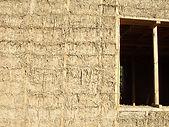 Стена из саманных блоков