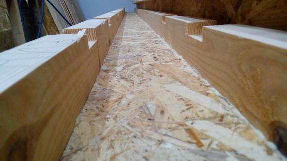 Элемент нижней обвязки стены с предварительно профрезерованными пазами под стойки.