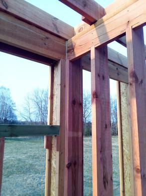 В доме есть стена не из двутавров, а из обычной доски 50х200. Примыкание её по такому же принципу.