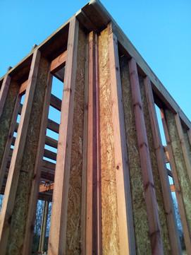 """В этом углу тоже есть связка стен через ригель, но тут он не выходит к наружной поверхности стены, а перекрывает только внутреннюю """"полку"""" двутавровой стойки. Это сделано для уменьшения мостиков холода в углу."""