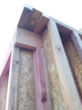 Хорошо видно связку стен с помощью ригеля 50х200 на внутренней стороне стены. Этот угол будет внутри помещения, поэтому ригель не будет являться мостиком холода.