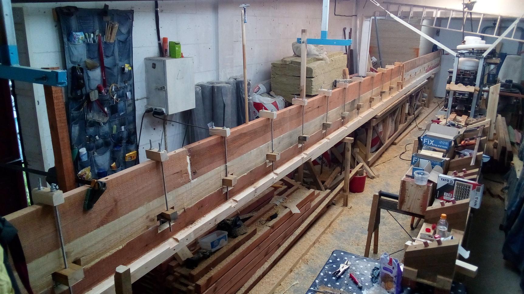 Для надёжной склейки доски тщательно выструганы и подогнаны друг под друга, а после нанесения клея сжаты резьбовыми шпильками с шагом 600 мм.
