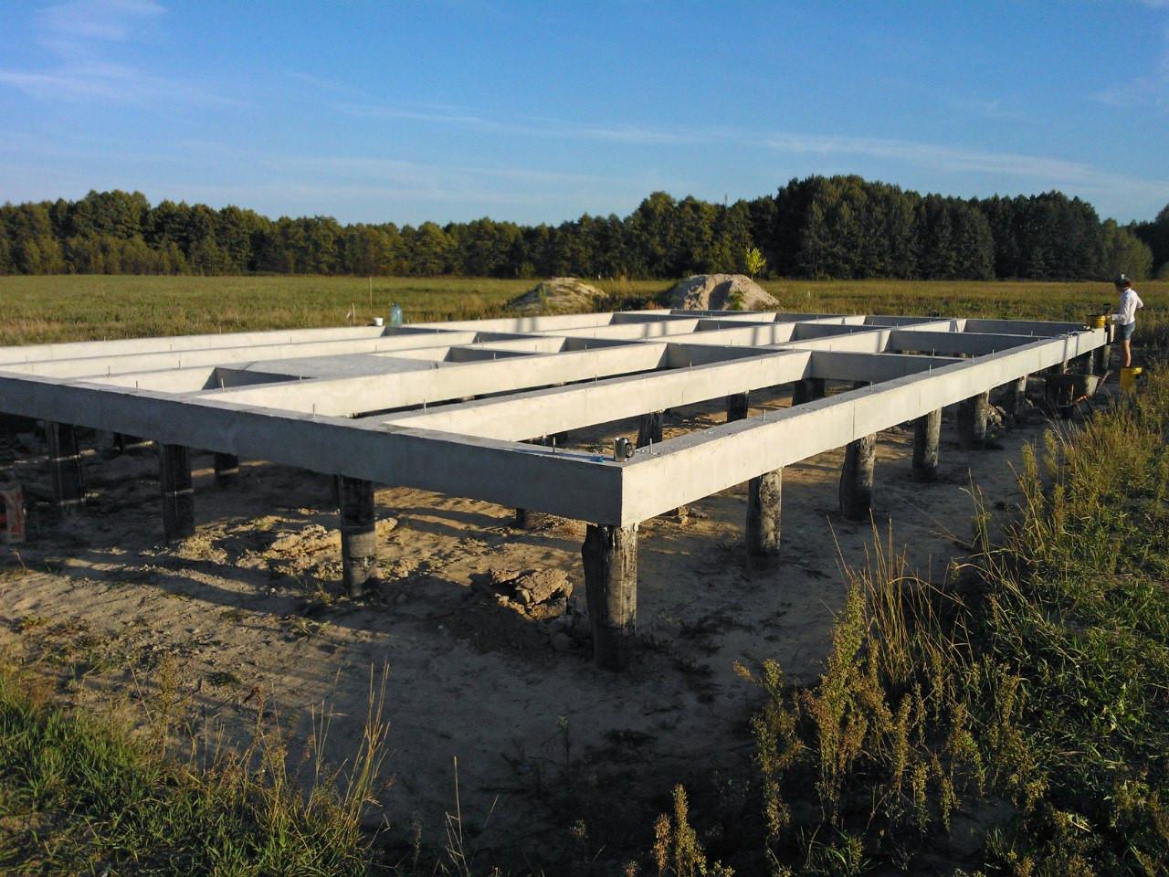 Готовый фундамент удивительно ровный и имеет минимальные отклнения по вертикали (не более 5 мм на 15 метров длины).