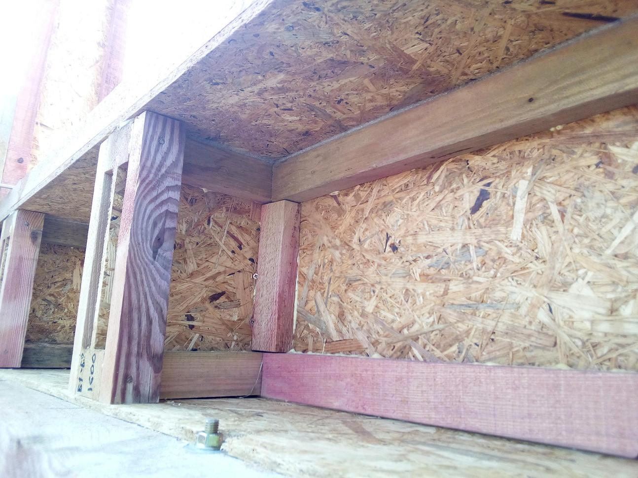 Здесь так-же видна уплотнительная лента под нижней обвязкой стены.
