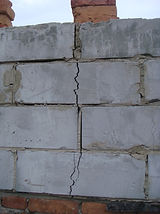Трещина в пенобетонной стене