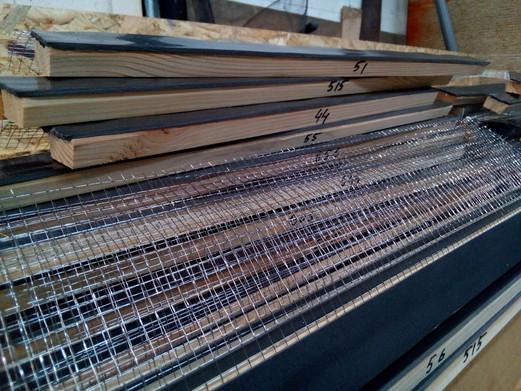 Заранее подготовленные планки с сеткой и уплотнительной лентой подписаны по размерам.
