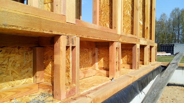 Эти полости под стенами будут утепляться снаружи, перед монтажём ветрозащитной мембраны.