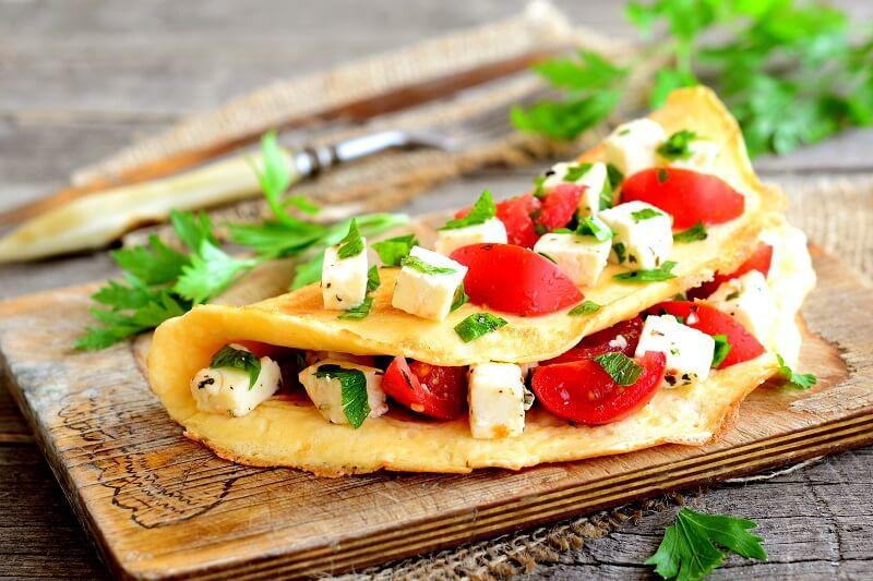 Omletas su feta ir pomidorais