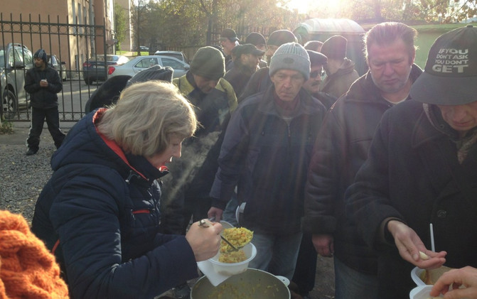 Serving food to rough sleepers in Russia