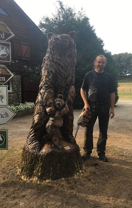 Ours sculpté sur bois à la tronçonneuse