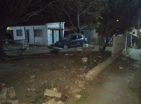 Chocó contra un tapial, tenía pedido de captura y revisando su auto encontraron casi 100.000 pesos